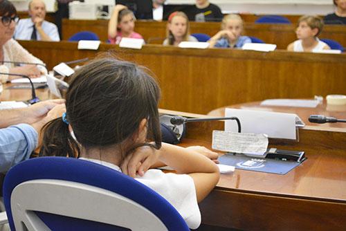 Una seduta del consiglio dei bambini