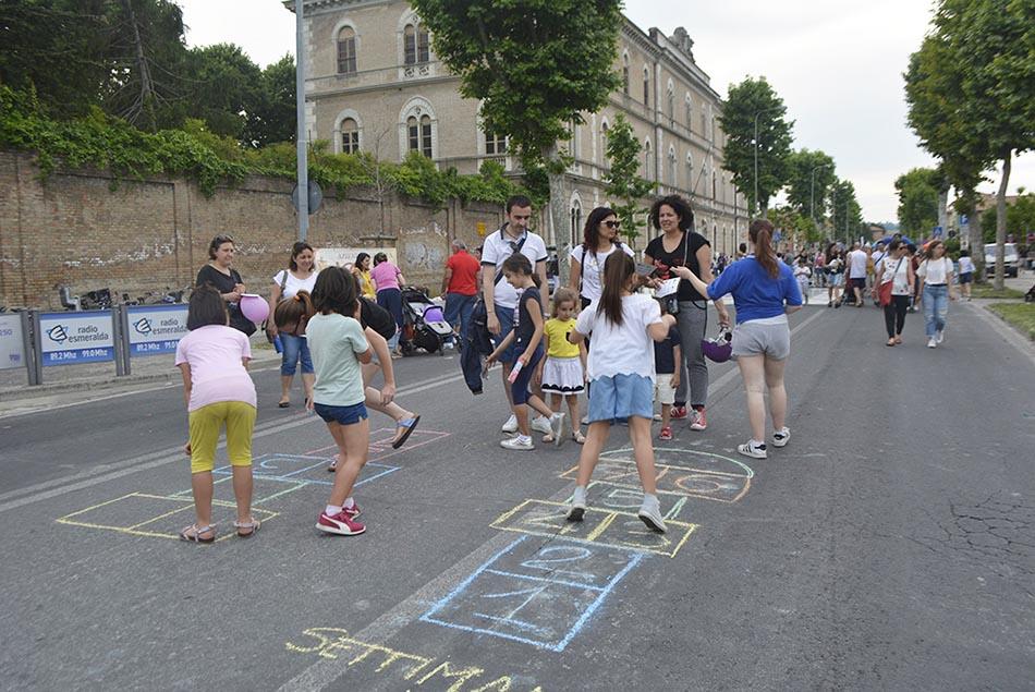 i bambini giocano a Campana 2